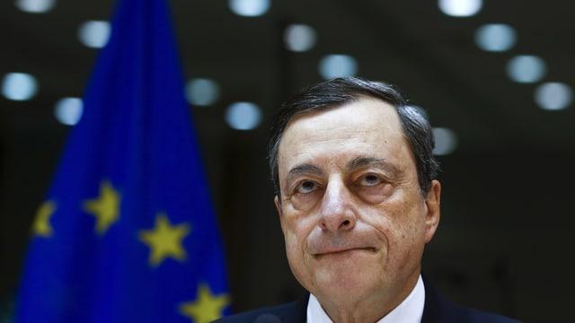 Draghi vor einer EU-Fahne.