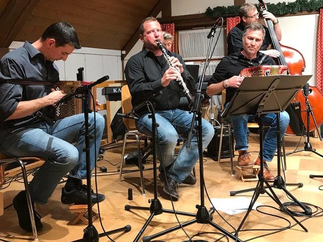 Vier Volksmusiker auf einer Bühne.