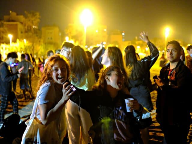 Junge Leute jubeln auf der Strasse
