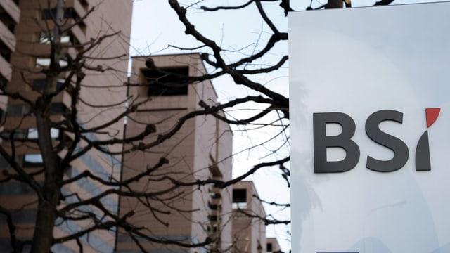 Schriftzug der BSI unter kahlen Bäumen