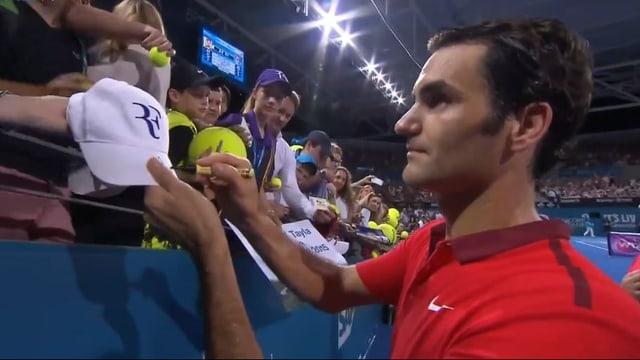 Roger Federer schreibt in Brisbane Autogramme.