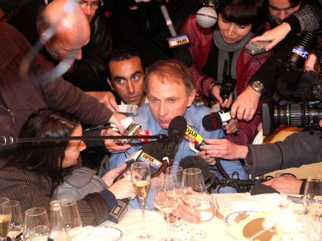 Konsterniert: Michel Houellebecq umgeben von Journalisten.