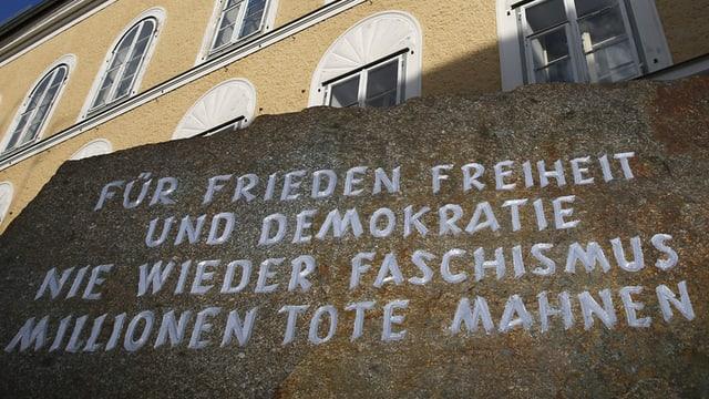 Inschrift auf dem Granitstein: «Für Frieden, Freiheit und Demokratie. Nie wieder Faschismus. Millionen Tote mahnen.»