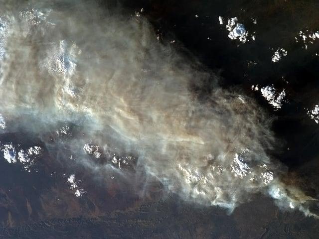 Ein Foto aus dem All. Zu sehen ist eine dicke Rauchdecke über Australien.