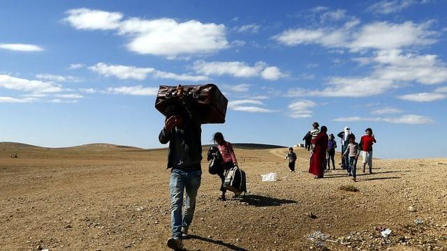 Flüchtlinge mit Koffern und Rucksäcken