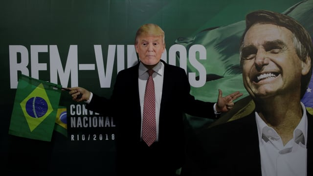Unterstützer trägt Trump-Maske