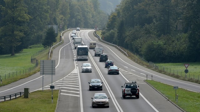 Autos auf einer Autostrasse im Kanton Obwalden.