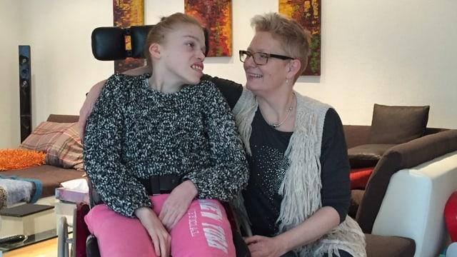 Frau mit ihrer schwerbehinderten Tochter im Rollstuhl