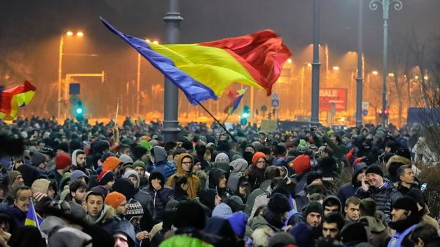 totala cun fitg blers demonstrants sin las vias da Bukarest.