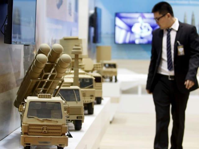 Modelle chinesischer Militärfahrzeuge an einer internationalen Militär-Expo am Flughafen Bagdad.