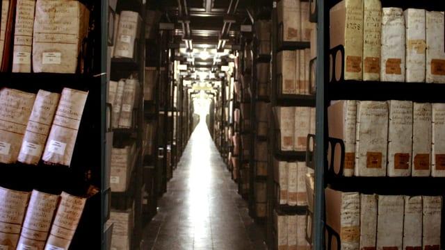 Ein Gang zwischen Archivregalen mit alten Büchern des Vatikans.