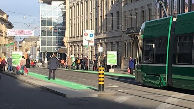 Grüne Markierung an Tramhaltestelle