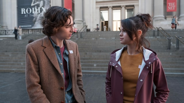 Ein Junge und ein Mädchen vor einem New Yorker Museum