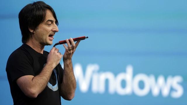 Mann von Microsoft mit Sprachassistent.