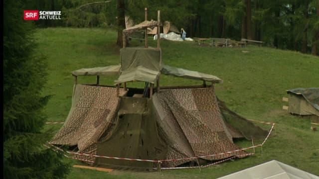 Turmaufbau mit Verkleidung aus Militärblachen im Lager in Parsonz (GR).
