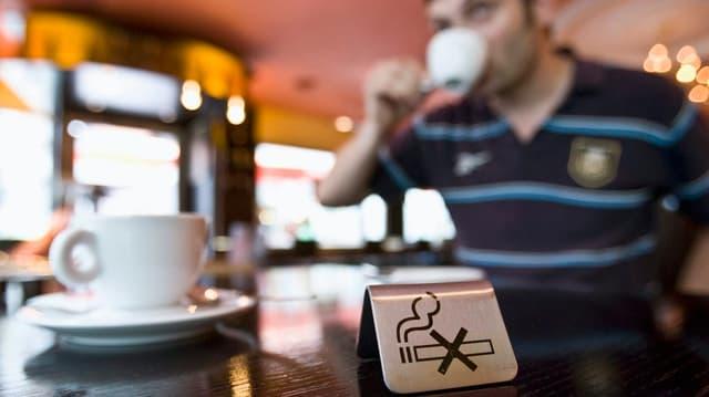 Ein Rauchverbotsschild auf einem Tisch in einem Restaurant.