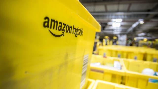 Ein gelber Amazon-Logistik-Kasten.