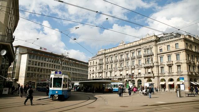 Paradeplatz a Turitg cun vista sin bajetgs da las bancas UBS e CS.