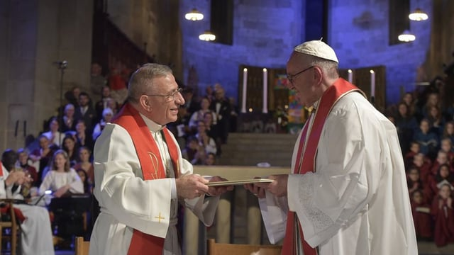 Il president dals luterans dal mund uvestg Munib Younan ed il papa Francestg.