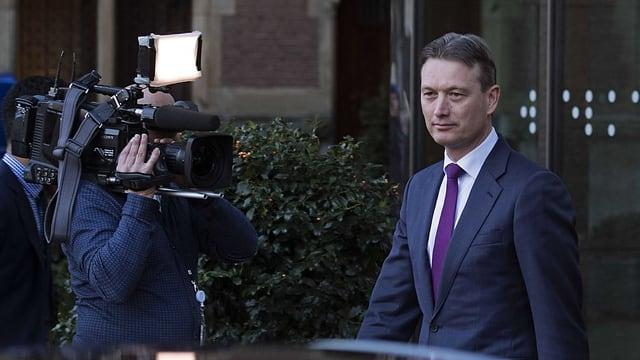 Zijlstra verlässt das Parlament. Ein Kameramann filmt ihn.