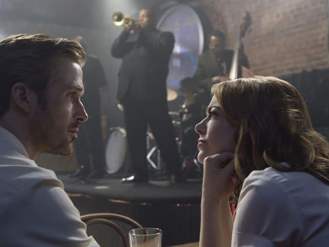 Mia (Emma Stone) und Sebastian (Ryan Gosling) in einem Jazzclub.