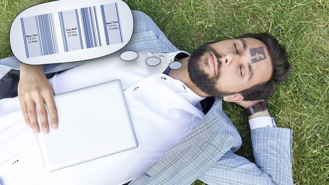 Ein junger Mann schläft mit einem Tablet auf dem Bauch. Er träumt von Statistiken.