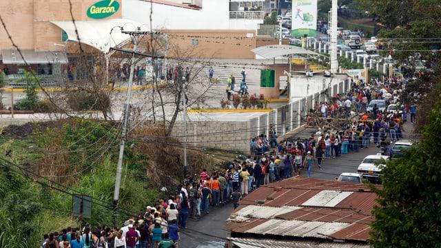 Schlange vor einem Supermarkt in der venezolanischen Stadt San Cristóbal