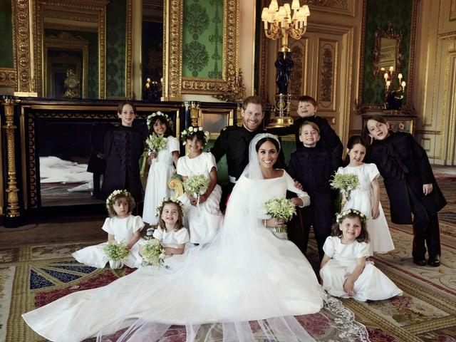 Hochzeitsfoto Harry und Meghan mit Blumenkindern