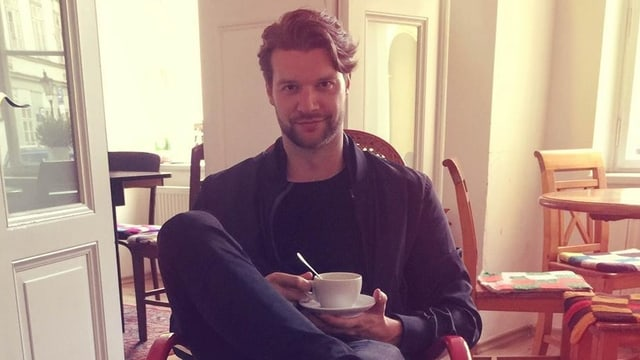 Yotto, Electronica Künstler, sippt an seinem Kaffee