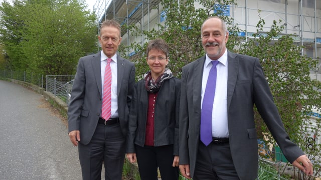Da sanester: Josef Joos, president cussegl da fundaziun; Andrea Simeon, manadra da gestiun; Luzi Tscharner, directur.