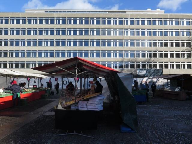 Marktstände vor Haus