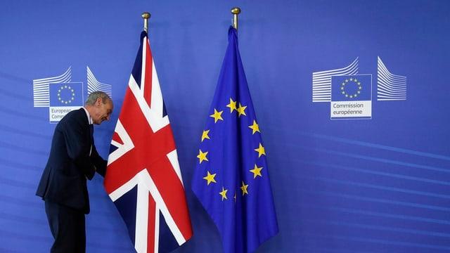 Um davant duas bandieras.