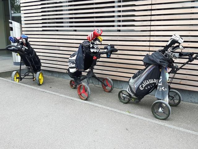 Trolleys vor Clubhaus.