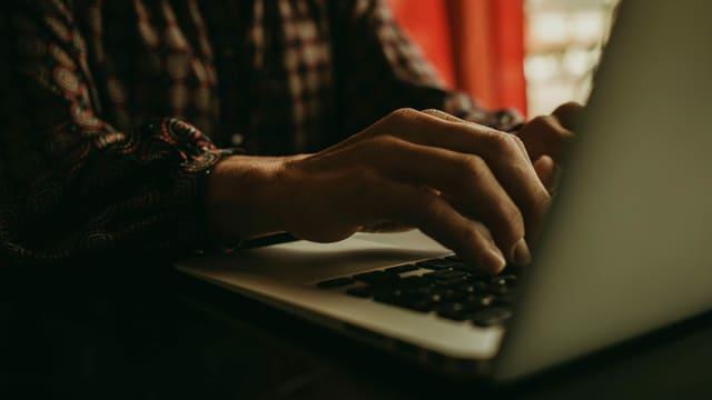 Hände am Computer