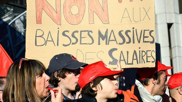 Swissport-Protestierende mit einem Protestplakat.