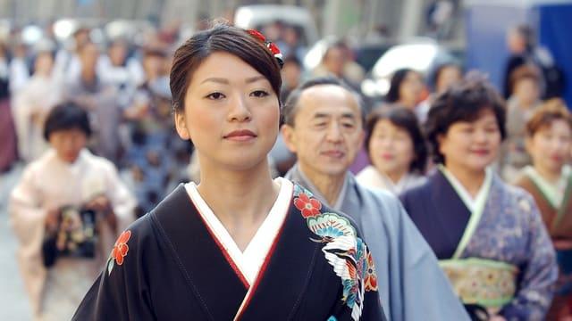Kimono-Trägerin und-träger ziehen 2002 durch die Berner Altstadt. (Symbolbild)