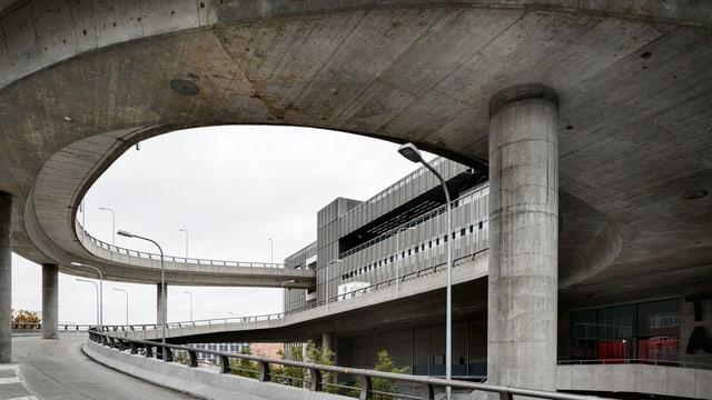 Auffahrtrampe aus Beton von einem grossen Gebäude