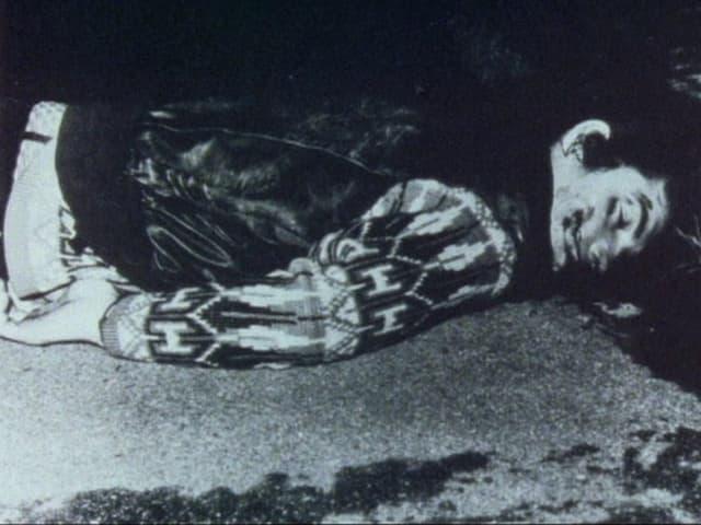 Toter junger Mann am Boden, blutiges Gesicht