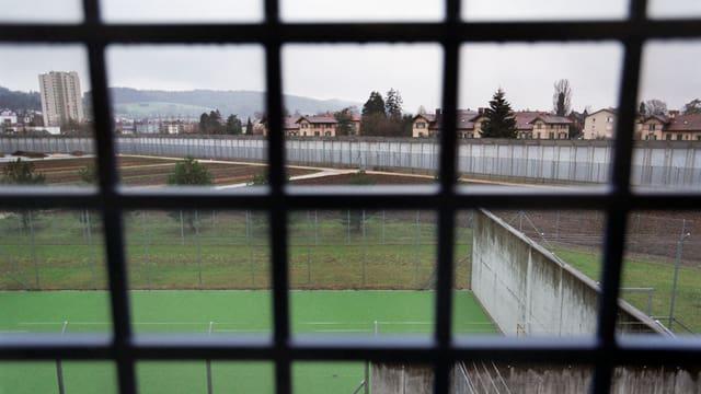 Der Blick ins Freie durch die Gitterstäbe einer Gefängniszelle.