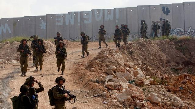 Israelische Soldaten bei einer Grenzkontrolle