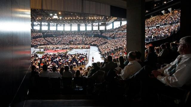 Das Hallenstadion ist voller Menschen.