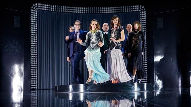 Das Ensemble des Schauspielhauses tänzelt in Abendgarderobe auf einem Podest