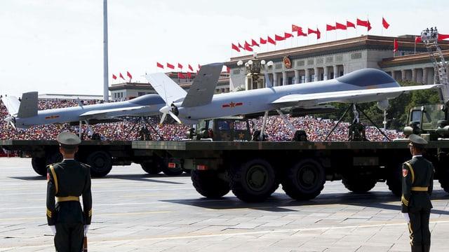 Drohnen auf grossen Lastwagen an einer Militärparade auf dem Tiananmen-Platz in Peking.