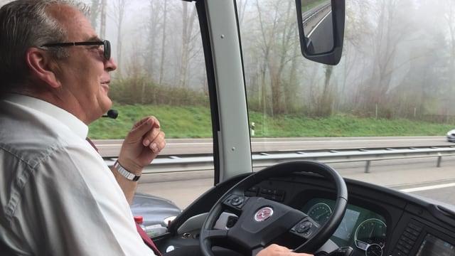 Carchauffeur Hans Schwab am Steuer
