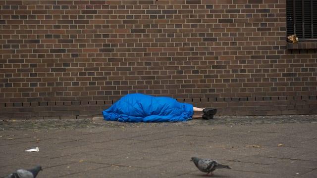 Obdachloser in Schlafsack