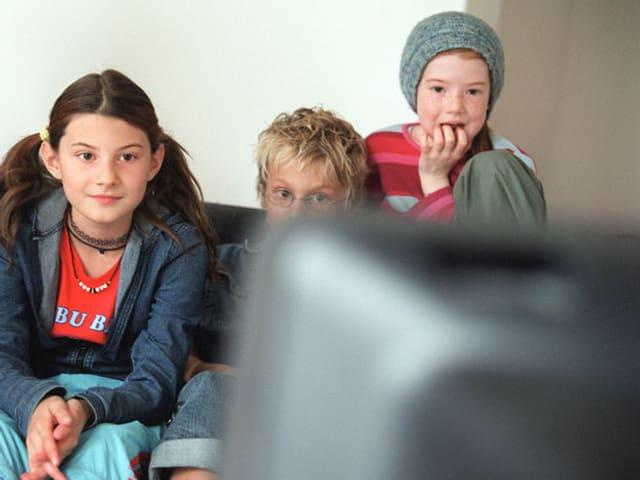 Kinder vor dem Fernseher.