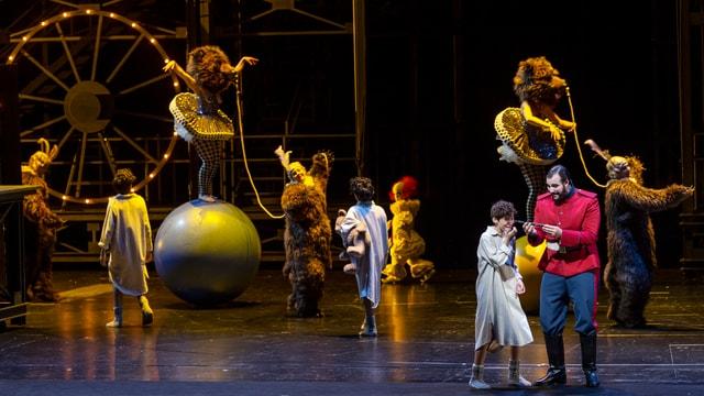 Szene aus der «Zauberflöte». Es sieht aus wie im Zirkus.