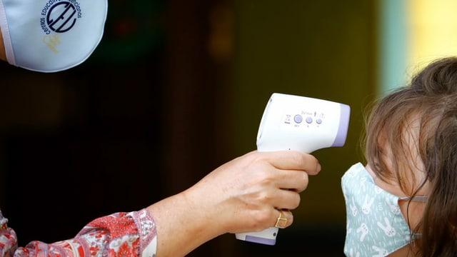 Fiebermessen bei Schülerin