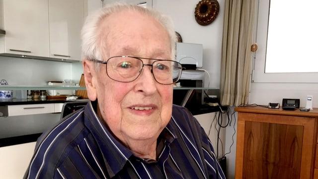 Älterer Mann mit Brille in einer Küche