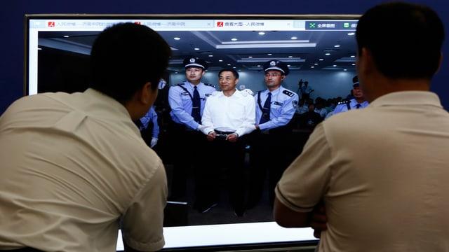 Bo Xilai in Handschellen vor Gericht.